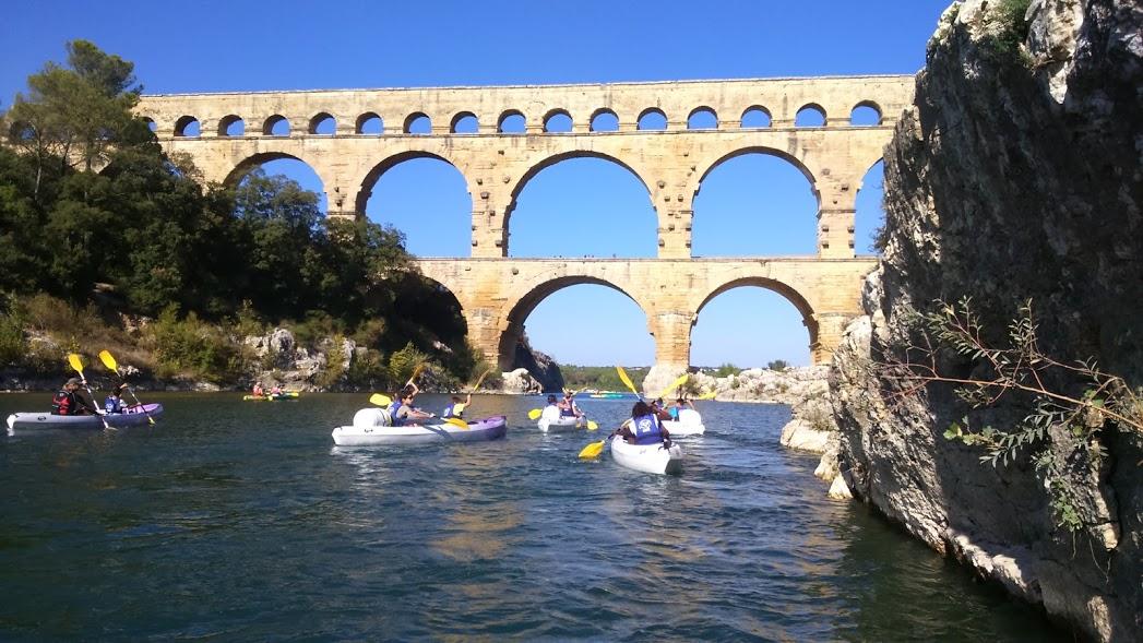 Passage des jambes du Pont du Gard en Canoe