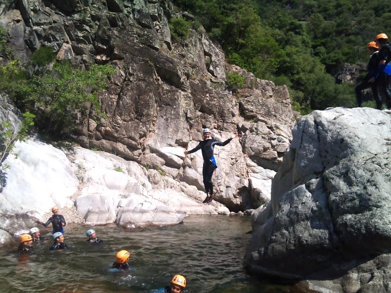 Saut dans canyon du rocher