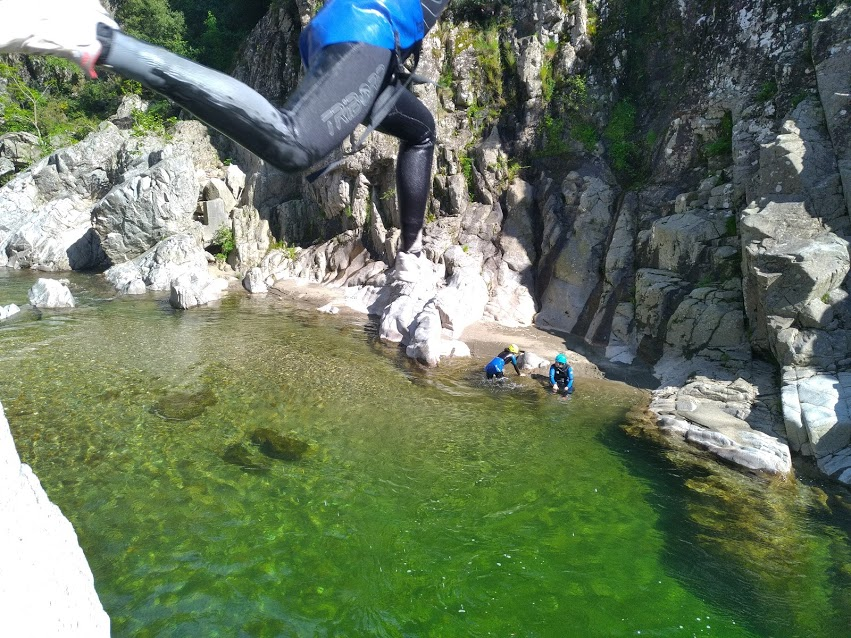 plusieurs saut dans le canyoning du soucy à Saint jean du Gard